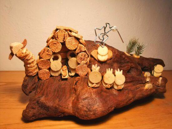 Presepe realizzato con materiale ricilato: legno del mare e sughero